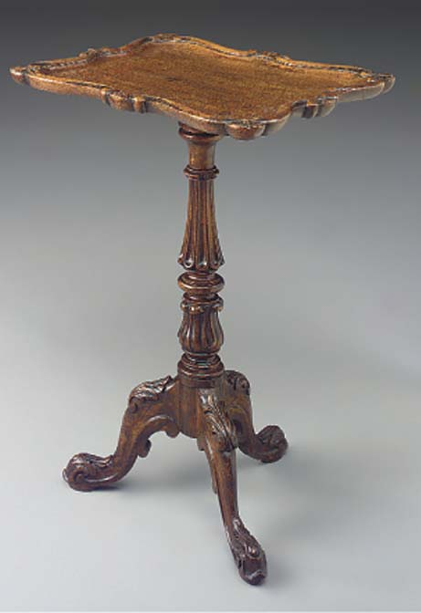 A VICTORIAN OAK TRIPOD TABLE