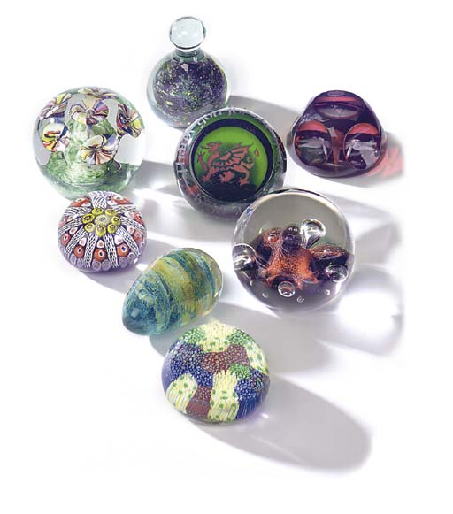 VARIOUS GLASS PAPERWEIGHTS AND