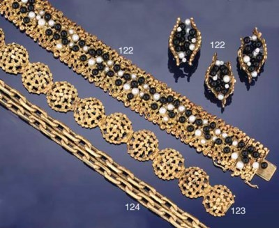 A suite of 18ct. gold, diamond