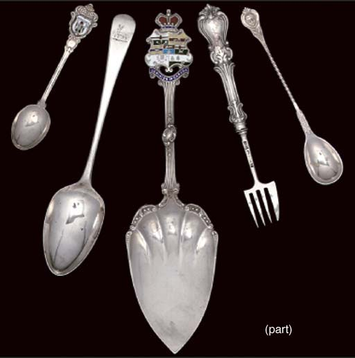 A COLLECTION OF ANTIQUE AND MODERN SILVER AND METALWARE TEASPOONS, COFFEE SPOONS, SOUVENIR SPOONS ETC.
