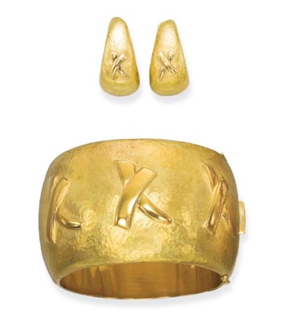 A 18K GOLD BANGLE AND EARRINGS