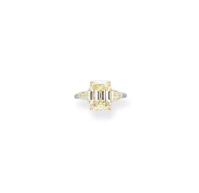 A LIGHT YELLOW DIAMOND RING