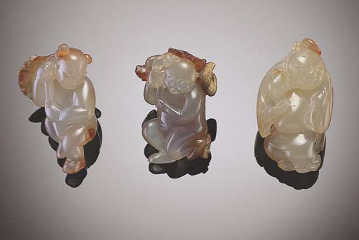 A GROUP OF THREE SMALL AGATE C