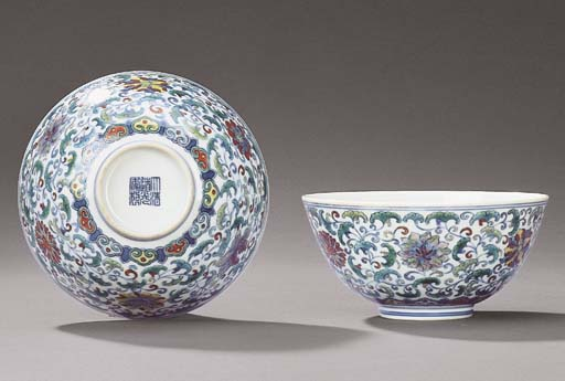 A PAIR OF DOUCAI FLORAL BOWLS