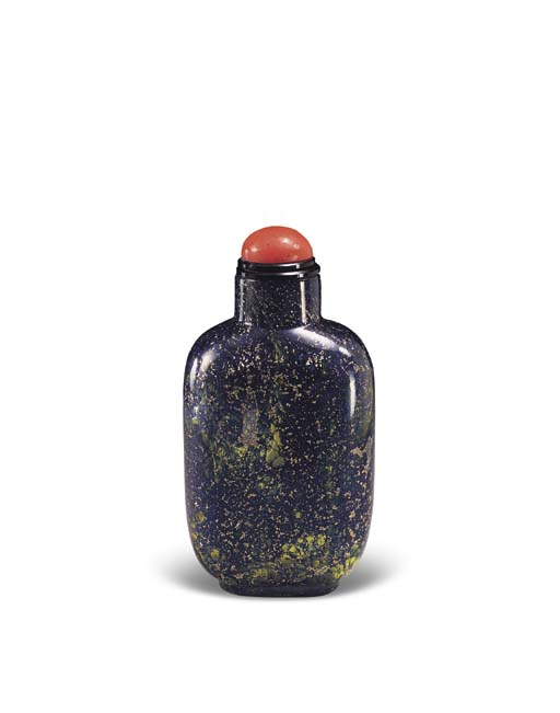 A SANDWICHED GLASS SNUFF BOTTLE