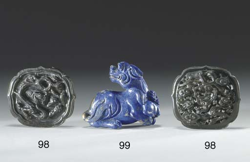 A SMALL LAPIS LAZULI CARVING OF A MYTHICAL BEAST AND CUB