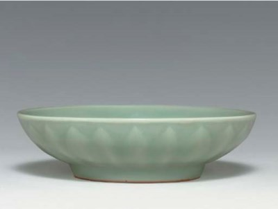 A SMALL LONGQUAN CARVED DISH
