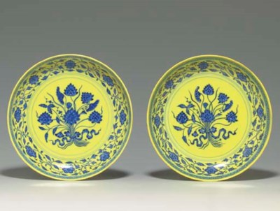 A PAIR OF MING-STYLE YELLOW-GR