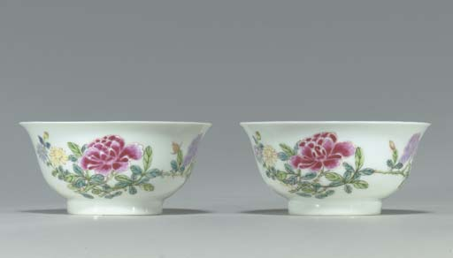 A PAIR OF SMALL FAMILLE ROSE BOWLS