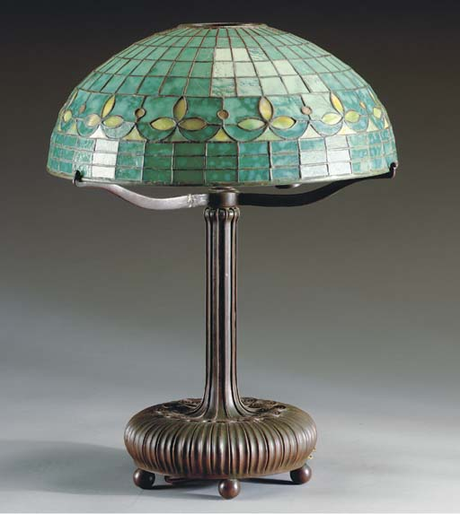 A LEADED GLASS AND PATINATED BRONZE TABLE LAMP,
