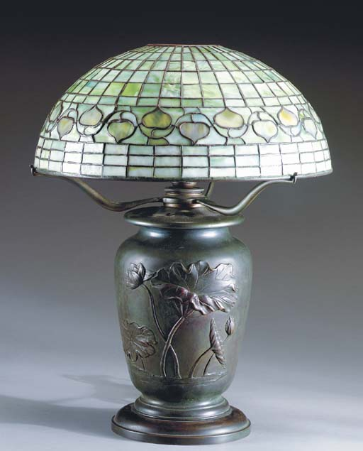 A 'LEAF AND VINE BORDER' LEADED GLASS AND BRONZE TABLE LAMP,