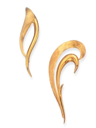 A PAIR OF GOLD BROOCHES, BY HE