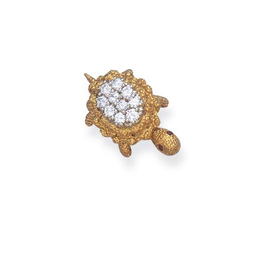 A DIAMOND AND GOLD BROOCH