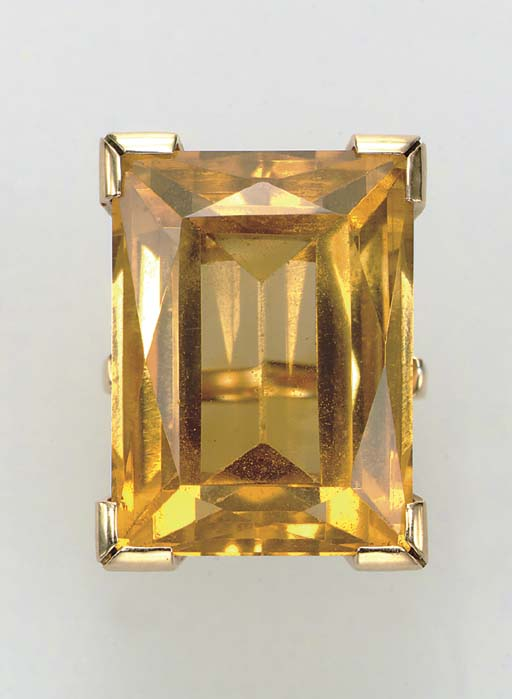 A CITRINE AND GOLD RING