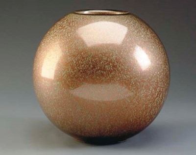A SPHERICAL GLASS VASE WITH CO