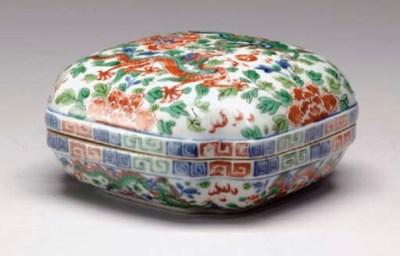 A CHINESE WUCAI QUATREFOIL BOX