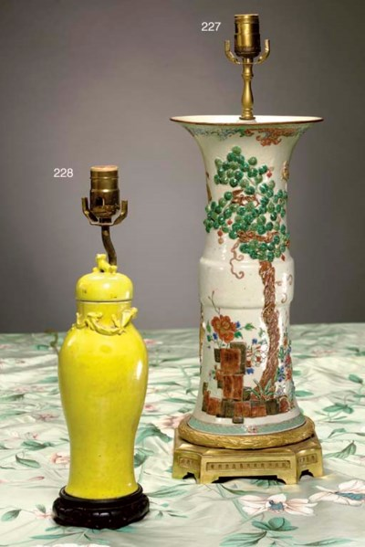 A CHINESE YELLOW PORCELAIN COV
