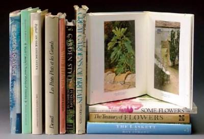 A QUANTITY OF BOOKS ON GARDENI