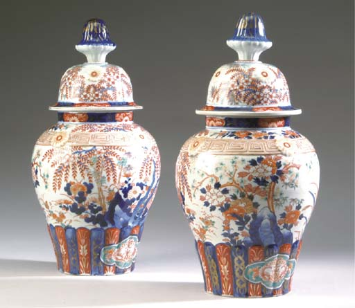 A PAIR OF JAPANESE PORCELAIN G