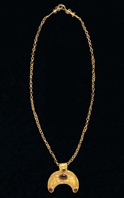 A GREEK GOLD NECKLACE WITH A G