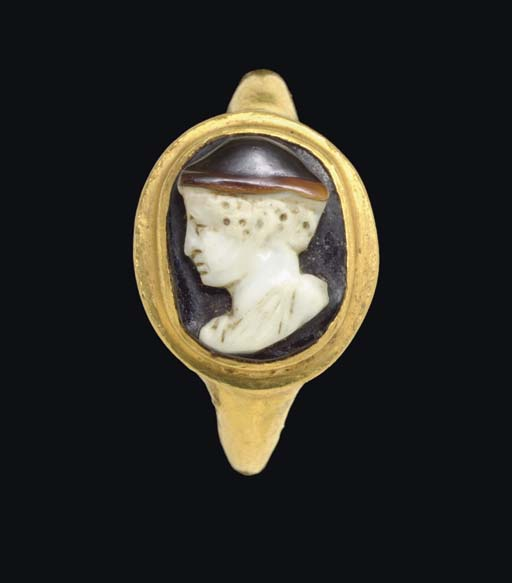 A ROMAN GOLD AND AGATE CAMEO FINGER RING