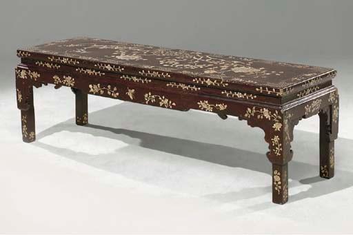 TABLE BASSE EN LAQUE ORIENTALE