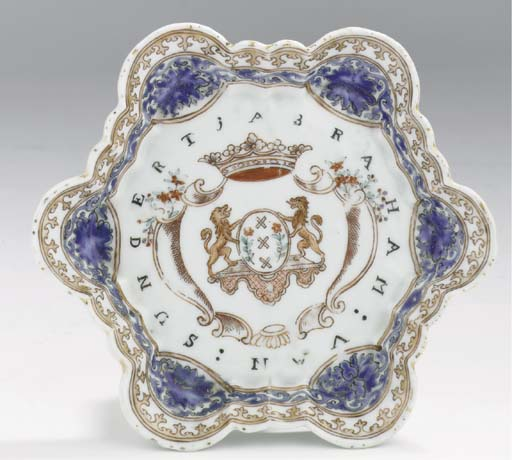 A famille rose armorial pattip
