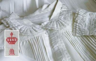 A batist linen nightshirt of M