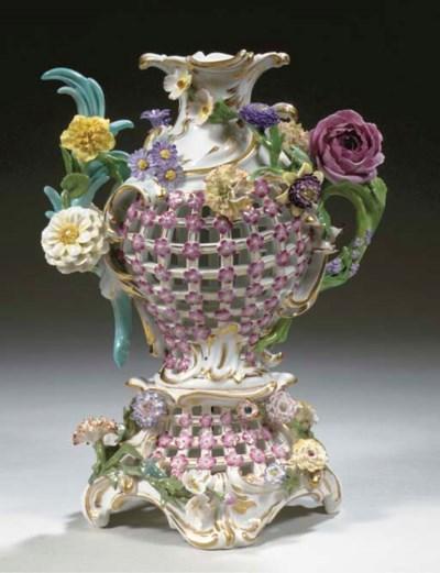 A Meissen-style porcelain flow