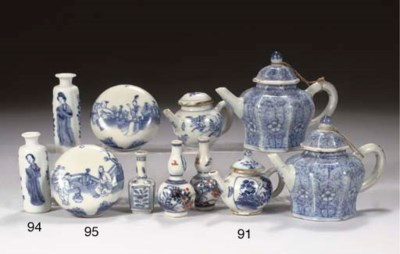 (7) A pair of blue and white '