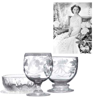 AN ENGRAVED GLASS FOOTED BOWL