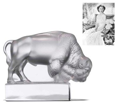 A LALIQUE GLASS PAPERWEIGHT