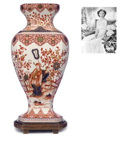 A DUTCH DELFT DORE BALUSTER HA