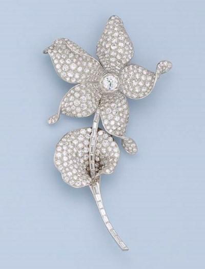 A DIAMOND FLOWER BROOCH
