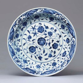 A LARGE EARLY MING BLUE AND WHITE DISH