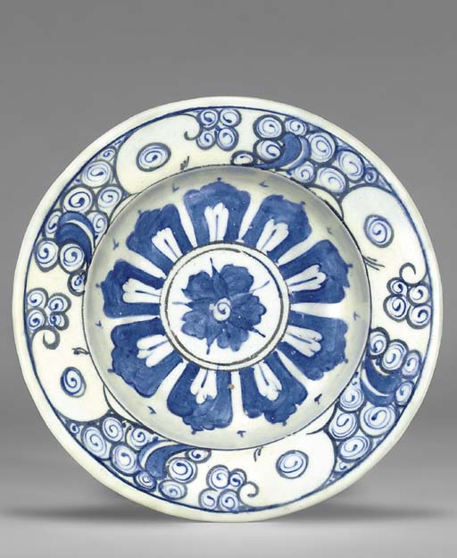 AN IZNIK POTTERY TAZZA