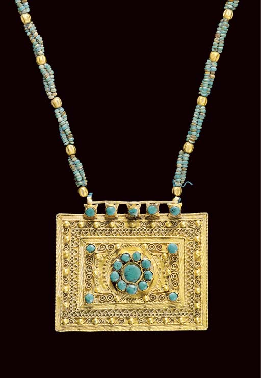 A TURQUOISE INSET GOLD PENDANT
