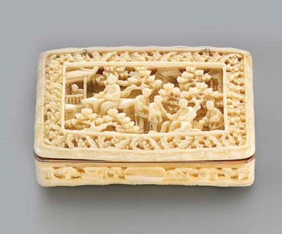 A FRENCH GOLD-LINED IVORY SNUF