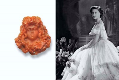AN ANTIQUE CARVED CORAL BROOCH