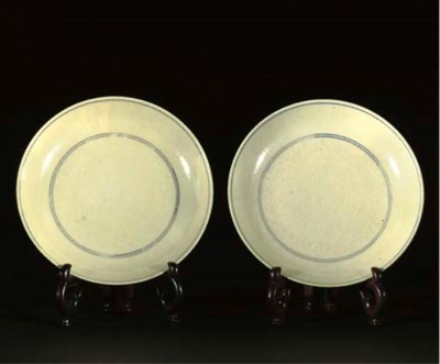 A pair of Chinese saucer dishe