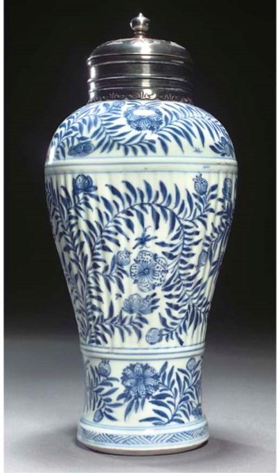 A KANGXI BLUE AND WHITE VASE C