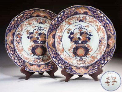 A pair of Japanese imari dishe