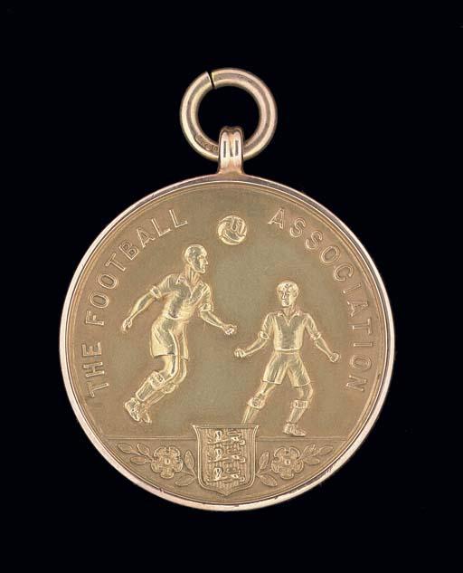 A 9CT GOLD 1976-77 F.A.CUP RUN
