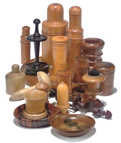 A LARGE COLLECTION OF TREEN