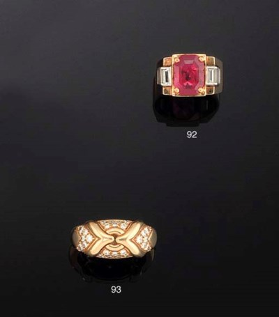 AN 18CT. GOLD AND DIAMOND 'TRI