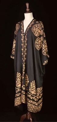 A TUNIC OF BLACK SILK CREPEste