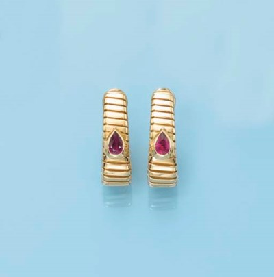 A PAIR OF 18K GOLD TUBOGAS EAR