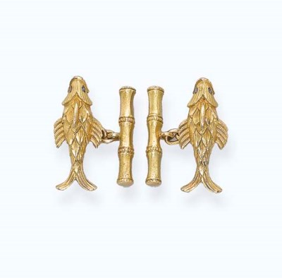 A PAIR OF 18K GOLD 'FISH' CUFF