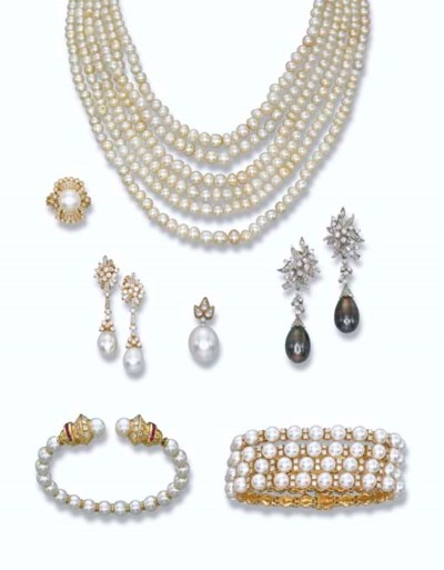 A GROUP OF PEARL JEWELLERY