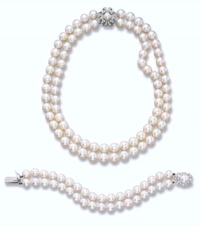 A CULTURED PEARL NECKLACE AND